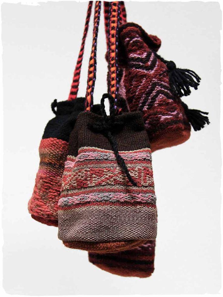 portamonete etnico in tessuto #portamonete Lilou #mini borsa con #tracolla, chiusura con #stringa. Il tessuto di questa #borsa è di #manta originale #peruviana di #Cuzco made in #Perù #100% #lana d' #alpaca con fodero #Tessuto realizzato con #telaio manuale  www.lamamita.it