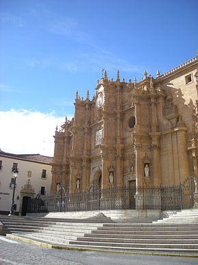 Portada principal de la Catedral de Guadix con la Escuela de Artes y Oficios al fondo.