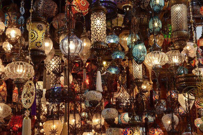 グランド・バザール内部を歩いていると、ひときわ目立つ煌びやかなランプ店が視界に飛び込んできます。色とりどりの灯りが煌びやかに光を放つ灯りは幻想的で、ランプ店は人を吸い寄せられる魔力があるような気分を覚えます。