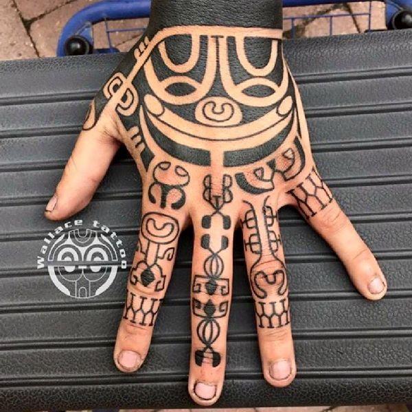 . Eine Liebeserklärung an alte Traditionen Traditionelle marquesanische Tätowierungen gehören zu den ältesten Körperkunstformen der welt. Der italienische Tattoo-Künstler Marco Wallace hat im stechen eben dieser Motive seine Bestimmung gefunden. Im wunderschönen Mailand arbeitet marco in Stud…