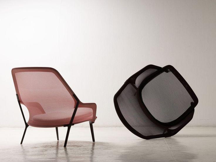 Voor hun uitnodigende fauteuil maakten Ronan en Erwan Bouroullec gebruik van in vorm gebreid, oersterk textiel dat met de pasvorm van een kous over de stoelconstructie werd getrokken. Deze gebreide bekleding geeft de Slow Chair een aangenaam zacht en ergonomisch verantwoord zitcomfort dat nog wordt vergroot door dunne rugkussens. Het enigszins transparante bekledingsmateriaal vervangt zo de dikke stoffering van de traditionele fauteuil en geeft de uitnodigende fauteuil een heel luchtig…