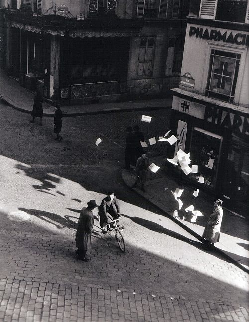 Robert Doisneau, Lancer de tracts rue Henri Monnier Paris, 1944