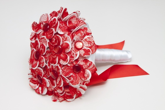 Ramo de novia de margaritas de tela con encaje rojo
