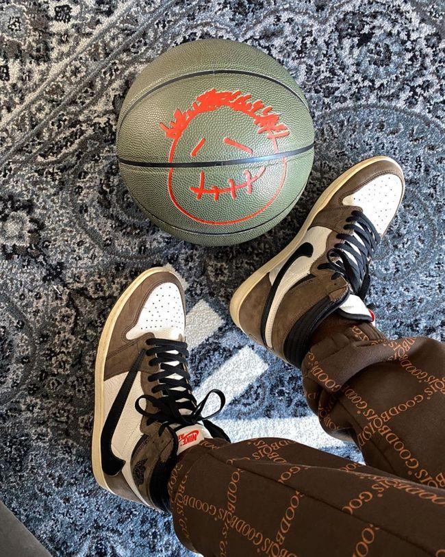 La Air Jordan 1 Retro High Travis Scott Cactus Jack Est Disponible Sur Wethenew Com Airbjordan W Sneakers Hummel Sneaker Air Jordans