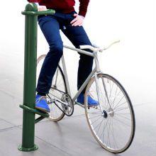 """A idéia do projeto """"Descanso para Bikers"""" foi concebida pelo designer sueco Marcus Abrahamsson e dá aos ciclistas apoio para encostar os pés e uma alça."""