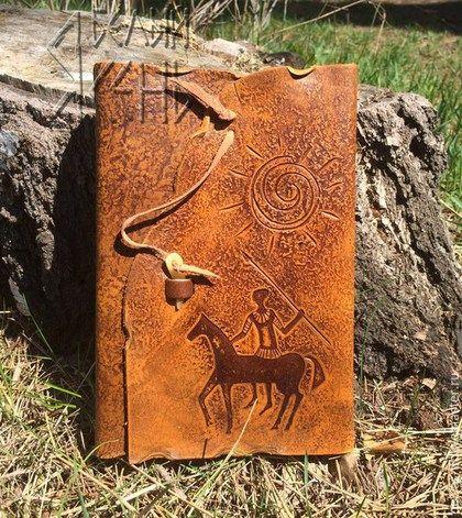 Блокнот из натуральной кожи, с имитацией наскальной живописи эпохи неолита. Блок из крафт-бумаги. Застежка блокнота стилизована под зуб дикого животного.