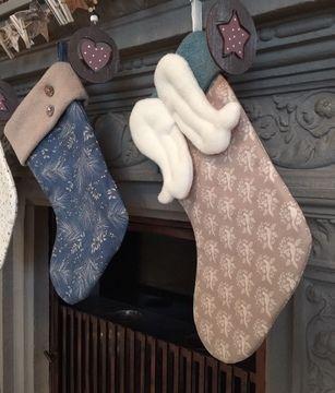 Nicolausstiefel / Weihnachtsstiefel - gerade Krempe mit und ohne Flügel  Unsere Nähanleitung ist für die Vorweihnachtszeit ein absolutes Muss. Der Stiefel ist nicht nur dekorativ und schnell genäht, sondern auch praktisch, denn er bietet viel Platz für kleine Geschenke: wie Süßigkeiten, Manderinen, Nüsse, Äpfel oder Schokolade. Egal ob als Geschenk oder für deine eigene Weihnachtsdeko am Kamin oder an der Schranktür. Die Stiefel ist gefüttert, wodurch er in Form bleibt. Der fertige Sief