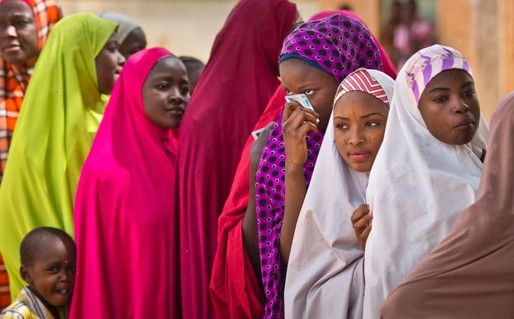 Nigerian women from the Hausa tribe queuing to vote for the presidential elections in Daura [1024x637] Photo by Ben Curtis