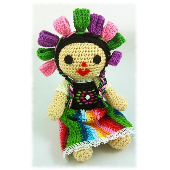 Con este patrón podrás tejer tu propia muñeca María, una versión a ganchillo de estas muñecas tradicionales de México LA VENTA NO ES DEL MUÑECO ACABADO, es la descarga de un documento digital con las instrucciones para hacerlo. El patrón es de nivel intermedio, en algunos pasos con