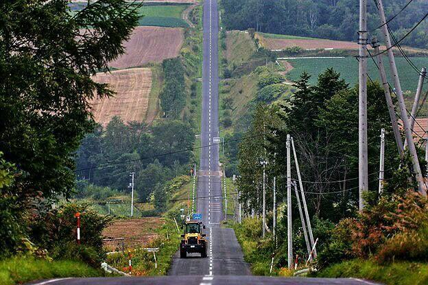 北の大地北海道。その広さゆえに、まちとまちをつなぐ道路もとんでもなく長いんです。そしてどこまでも続く美しい直線道路の絶景があるのも特徴の一つ。北海道旅行の際には絶対ドライブしたい絶景直線道路ベスト3をご紹介します!