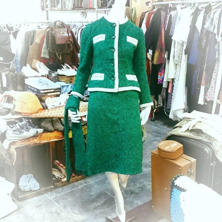 Precioso traje de chaqueta, falda y bufanda de los años 60. Muy buen estado. Talla pequeña. . Facebook.com/calypsozgz #vintageshop #vintagefashion #vintage #años60 #1960s #60s #mod #zaragozavintage #CalypsoZGZ