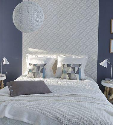 Si vous ne vous sentez pas l'âme très bricoleuse, pourquoi pas faire une tête de lit en papier peint ? L'idée n'est pas nouvelle, mais les possibilités sont pratiquement illimitées grâce à une variété de coloris et de motifs. Complétez avec deux coussins et un couvre-lit dans le même esprit : la déco de la chambre est métamorphosée !