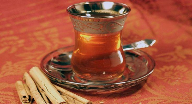 Esenciálny škoricový olej je jedným znajuniverzálnejších esenciálnych olejov. Na škorici ako sladkom korení si pochutnávajú na celom svete. Používa sa aj ako bylinkový čaj či ako extrakt k základnému oleju, ktorý má svoju typickú sladkú aupokojujúcu šíriacu sa vôňu. Škoricový esenciálny olej má množstvo priaznivých účinkov na zdravie aliečivé schopnosti.