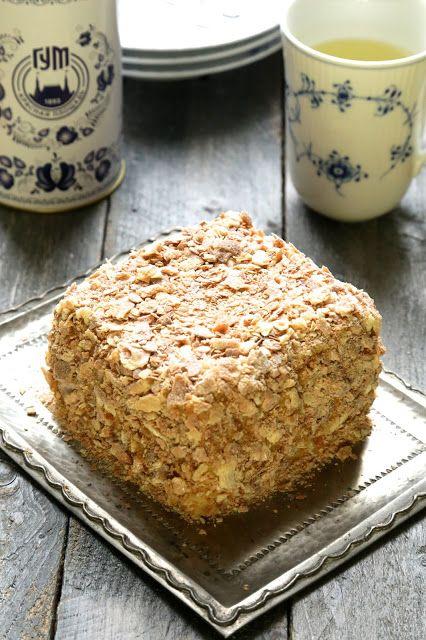 Avant les fêtes je vous ai proposé un premier dessert incontournable de la cuisine russe : le medovik ou cake au miel . Aujourd'hui , je m'attaque au fameux Napoléon , il est souvent comparer au mille