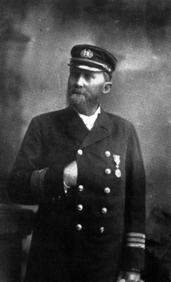 """Don Augusto Castleton, Capitán del """"Matías Cousiño"""", transporte puesto a disposición de la Armada por doña Isidora Goyenechea ."""