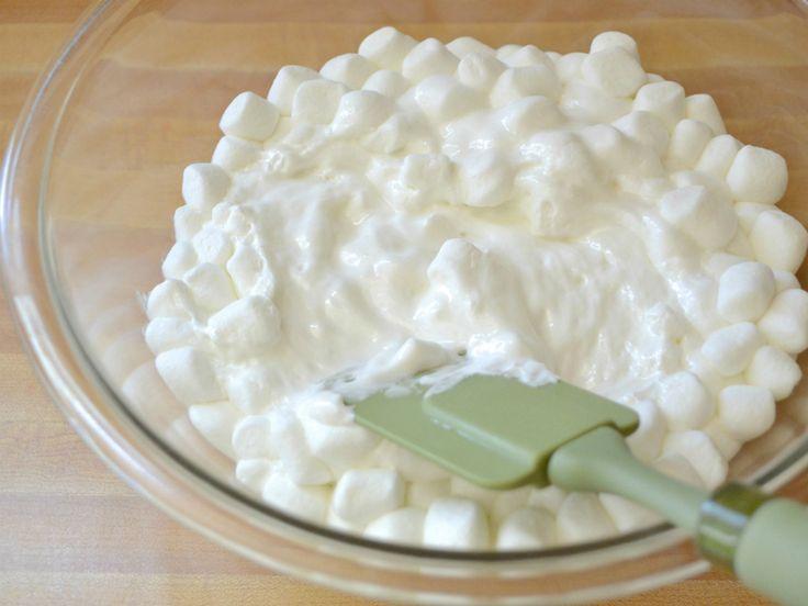 Ešte pred 10 rokmi cukrári zdobili svoje výtvory maslovými čipkami a kvietkami alebo čokoládovými figúrkami. Dnes sa používa želé, ovocie, pusinky, čerstvé kvety a samozrejme, marcipán. Jednoduchý návod ako si vyrobiť marcipán z marshmallow Z marcipánu môžete vytvoriť neobmedzené množstvo výtvorov: pokryť ním celú tortu či napríklad ozdobiť ju vyrezanými postavičkami. Ingrediencie: 300 g marshmallow 400g práškového cukru (je možné,