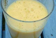 2 sinaasappels 1 grote banaan  Als je bananen en sinaasappels samen mixt krijg je een heerlijke romige smoothie. Hier het recept, veel simpeler kan het niet! Om hem nog lekkerder te maken kun je de banaan eerst invriezen, vergeet hem dan niet eerst te schillen en in stukjes te snijden.  Pers de sinaasappels en giet het sap in de blender waarna je de banaan toevoegt. Pureer het geheel voor 20 seconden en genieten maar!