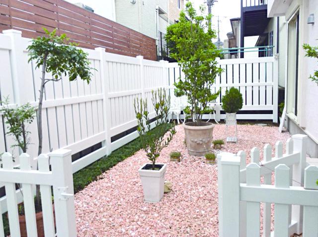 プライバシータイプフェンスの中では一番人気のセミプライバシーフェンスは 目隠しをしつつ風通しを妨げないフェンスです プライバシーフェンス 庭のプライバシー ガーデン デザイン