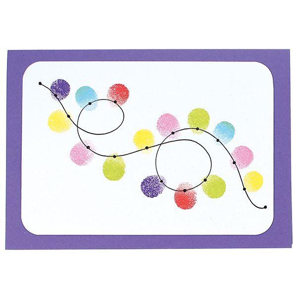 Paina sormi leimasintyynyyn ja sitten valkoiselle Ruska-kartongille. Leimaile näin tarvittavat kuviot. Täydennä leimaillut sormenjälkikuviot piirtämällä Pigma Micron -tusseilla. Pyöristä valkoisen kartongin kulmat ja kiinnitä värilliseen korttipohjaan kaksipuolisen liimateipin avulla.