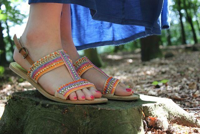 Outfit: Blauwe maxi jurk, bohemian sandaaltjes & prachtige lichtval in het bos.