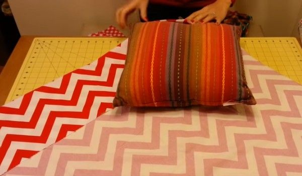 You will love this no sew pillow cover. I have seem this method to wrap a pillow cover before from organize your stuff now. I tried for emergency solution, but one problem is to final knot is too big and difficult to tie. I love this twist method by changing the wrapping from the corner! Which is much easier to tie at the end. We have some other pillow projects, too. And I will definitely give this a go for the decorative pillow on living room, which is so easy to change, and no need to…