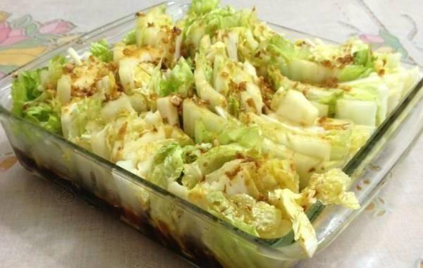 Salada de acelga com alho e gengibre frito.