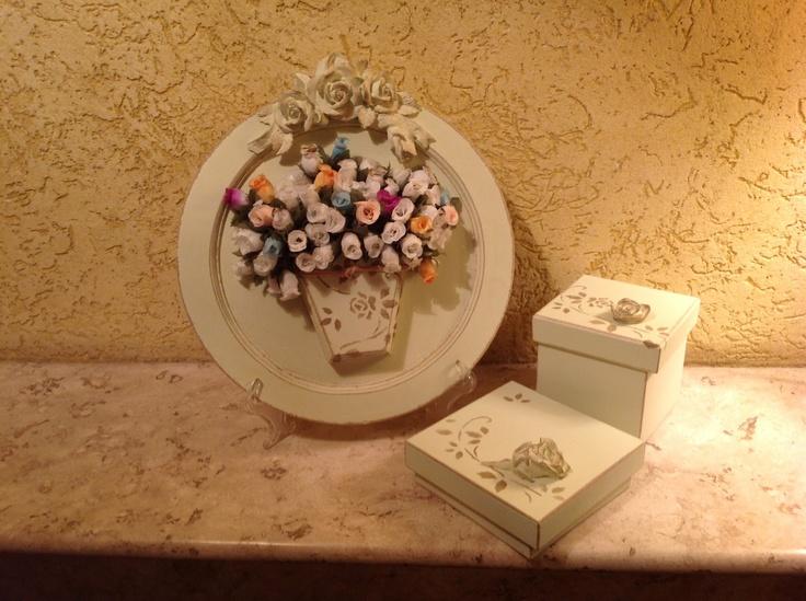 Quadrinho pintado em verde-provençal com cachepô contendo mini rosas de tecido perfumadas. Diversos aromas. Conjunto 2 caixas na mesma pintura. Gracioso para hall de entrada, lavabo, varanda, etc. Sob encomenda em outras cores e pátinas.