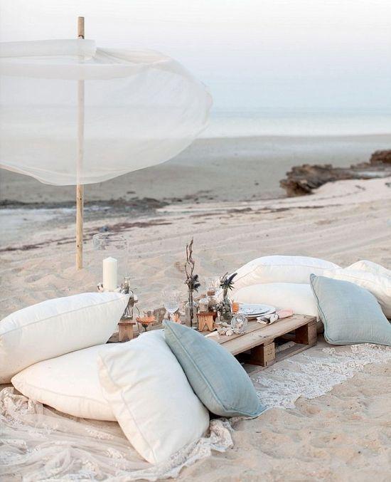 repas diner pique nique sur la plage sur le sable palette en bois utilisée comme table basse