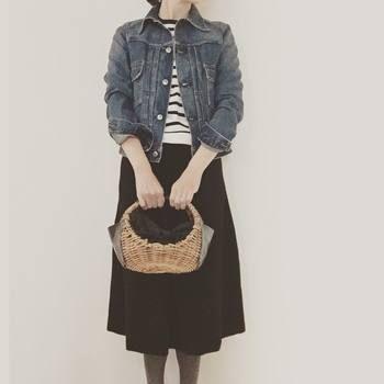 ボーダーにGジャンを合わせた鉄板コーデ。ひざ丈のスカートを合わせると大人っぽくなりますね。小さめのカゴバッグは使いまわしが効くのでおすすめ!