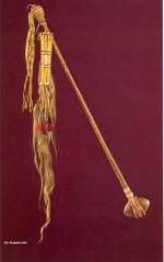Casse tête Arapaho, vers 1850, biblio 2, p 106. Pierre, bois, cuir cru, quills, crin de cheval, 72 cm. Faute de trouver du bois dur convenable, les hommes des plaines de l'ouest utilisaient des pierres pour leurs casses têtes, qui étaient mortaisées à un manche de bois et fixées dans un étui de cuir cru. Les femmes ajoutaient souvent un travail de quill ou de perles. L'inhabituel et abondant travail de quill de ce casse tête fait penser qu'il a du être l'arme d'un chef de partie de guerre.