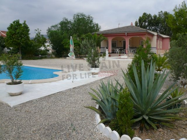 Reduced to 155000€ A great opportunity to own a typical Spanish property inland in Albatera. This property has a 2,000 m2 fenced plot, and a building size of 170 m2 which is distributed across 3 bedrooms, 1 bathroom, living room, kitchen, terrace and barbecue.  Outside there is a 7m x5m swimming pool and the garden is well established with figs and olives trees, the house is in good condition and has electricity, water and telephone connected.