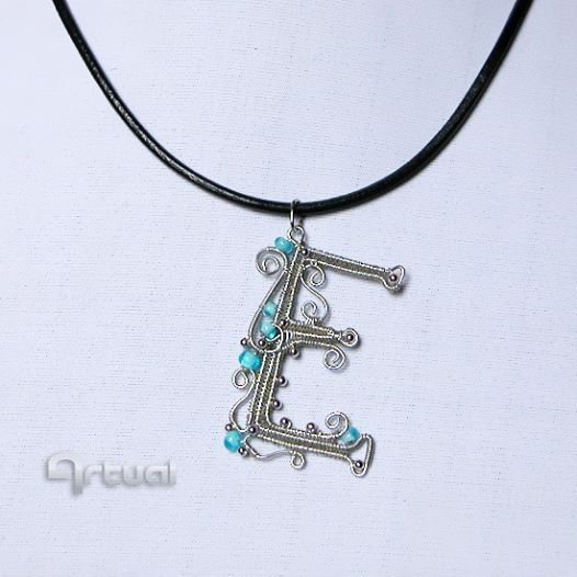"Fénykép: One of a kind ""E"" initial wire pendant. http://www.artual.com/wire.html  Egyedi tervezésű ""E"" iniciálé drótmedál. http://www.artual.com/drot.html"