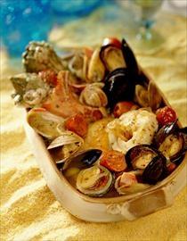 Curanto en olla es comida de chile. Es hacia con carne y papas. Pescado es muy importante para hacerlo.  DK