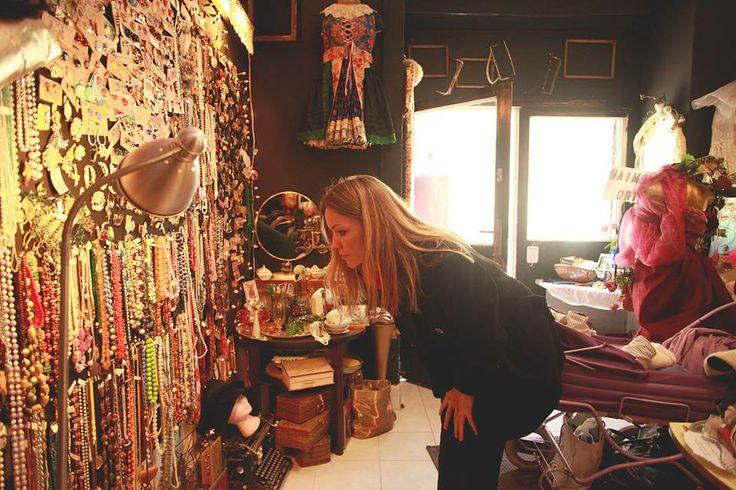 Monika si vyberá materiál pre svoju kolekciu v butiku Bohemian Retro na Žižkove. Kolekciu predstaví v sobotu 24. května na módnej prehiadke vrámci akcie Prague Vintage Fair