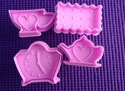 Dit betreft de hele set Tea Time.   http://www.crealonkie.nl/theekop-theepot-klok-koekjesvorm-uitsteker-cookie-plunger-cutter   Leuke koekjes plunger cutter van een theepot, theekopje een klok en een koekjesvorm die je ook voor de taart of cupcakes kunt gebruiken.  Kleur het koekje of bekleed het met fondant en je hebt de mooiste koekjes of taart decoratie voor bijvoorbeeld bij de High Tea.