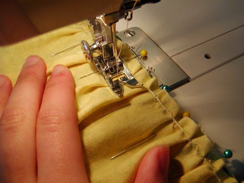 Easy way to gather/ruffle. Wish I had known this a long time ago! Brilliant! #sewing #ruffle #tips ≈√