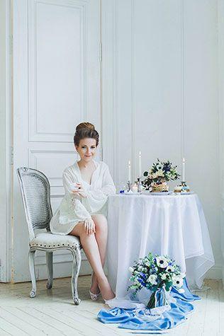 Воздушное утро невесты в голубых тонах, невеста за столом