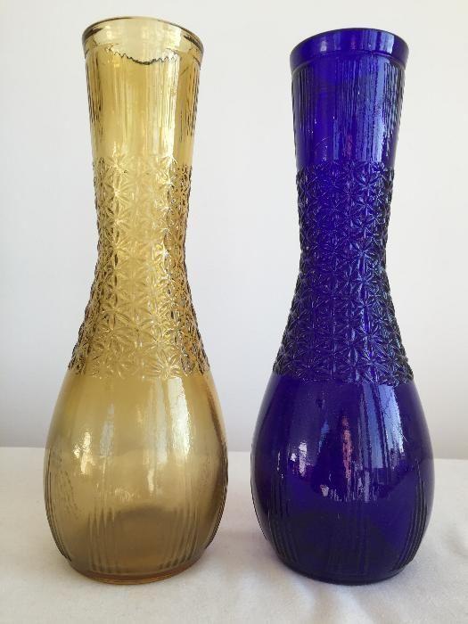 50 zł: Dwa wazony z kolorowego prasowanego szkła. Podana cena za jeden wazon.