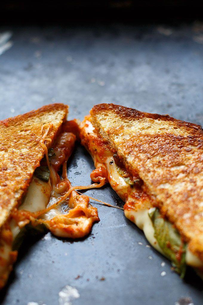 Köstliches Pizza Grilled Cheese Sandwich mit würziger Tomatensauce, Basilikum, Oregano und einer Wagenladung geschmolzenem Käse. Dieses Rezept ist super einfach und SO gut - Kochkarussell.com