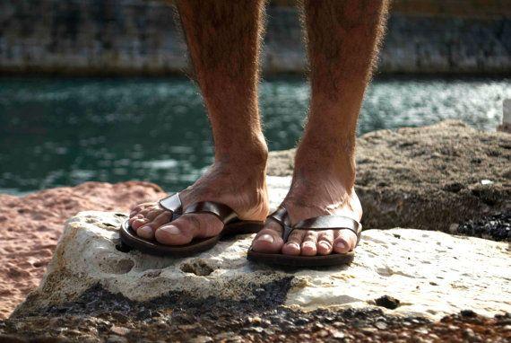 Estas sandalias son hechas a pedido. Por favor en contacto conmigo en caso de tener pies estrechos o ancho. Cada par en los colores disponibles para personalizar o ponerse en contacto conmigo para más detalles. Presentamos la nueva línea de sandalias de cuero de los hombres. Se fabrican con cuero de vaca gruesa lo que los hace muy fuertes. TAMAÑOS Tamaños a partir 40 EURO (masculino nos 7-7.5) a 45 euros (hombre nos 11,5-12). Para ser precisos en el tamaño por favor haga lo siguiente: en...