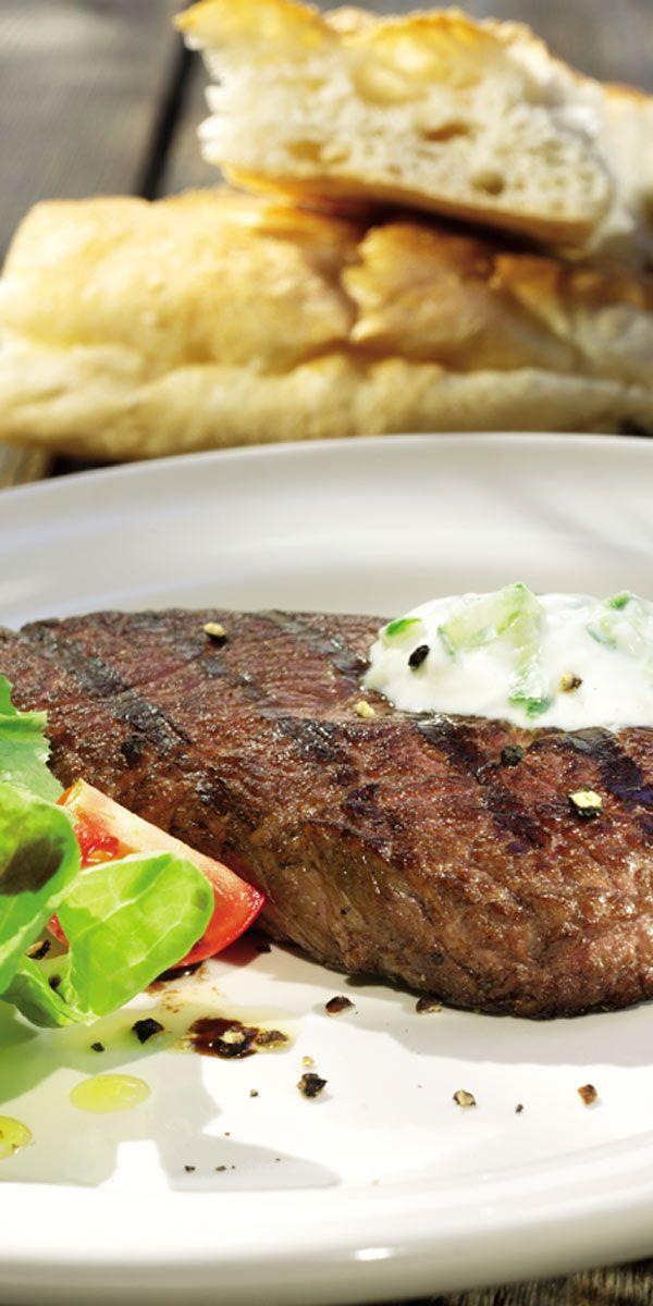 Du möchtest mit deinen Freunde einen gemütlichen Grillabend verbringen, aber nicht lange für die Vorbereitungen in der Küche stehen? Dann sind unsere Gyros-Steaks mit Tzatziki das perfekte Rezept für dich! Du brauchst gerade mal 15 Minuten.