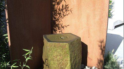 Immergrüne #GartenOase ⛒ Wenig Platz im Garten? Drehen und Sehen! Hier entspannt Sie ein beruhigender #Sprudelstein. ⛒Auf dem Garten-Rondell befinden sich Quellstein, Gartendusche, Kamin und ein Grill. #ImmergrünePflanzen machen den Garten das ganze Jahr über attraktiv.