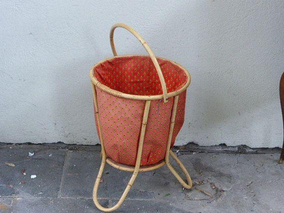 Corbeille a ouvrage, en rotin osier, tissus provencal rouge, vintage 1960