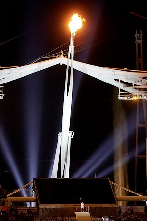 2004 Summer Olympics – Athens, Greece. The Cauldron itself was designed to look like a giant replica of the 2004 Olympic torch, and this time the Cauldron came to the final torch carrier. 1996 gold medalist windsurfer Nikolaos Kaklamanakis did the lighting before the Caldron swung back upward and remained raised his above the stadium.