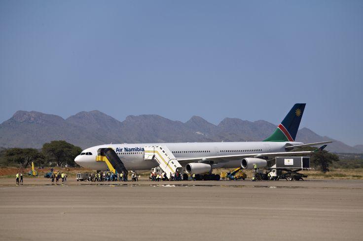 Die Berge im Hintergrund...der Hosea Kutako International Airport in Windhoek, Namibia.