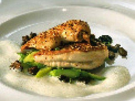 Vårkyckling med sparris, murklor och nötskum Receptbild - Allt om Mat