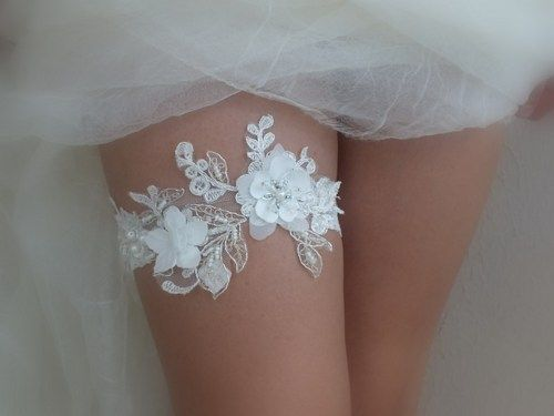 Wedding Garter   This beautiful wedding garter includes a gorgeous lace garter on the main. If you specify a custom size when purchasing the 22-inch is sent.  Thigh ** PLEASE INCLUDE YOUR MEASUREMENT