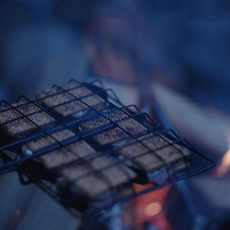 « Nous faisons un feu au chalet tous les week-ends. C'est en fait le moment culminant de la journée. Et l'endroit idéal pour déguster des s'mores et se raconter des histoires. »