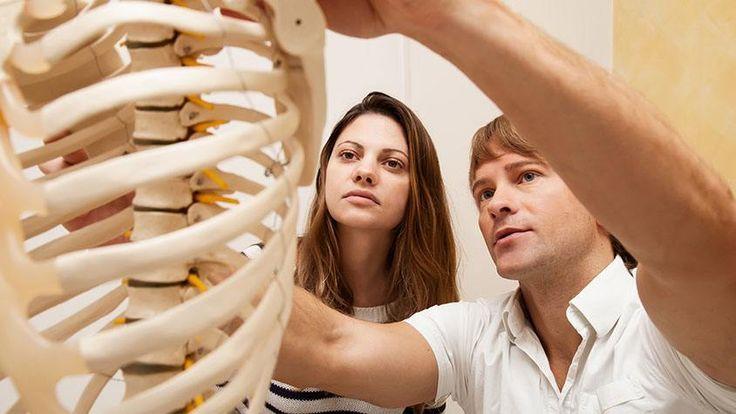 ALATTOMOS KÓR: A CSONTRITKULÁS. Csontjaink mennyisége és állaga az életkorunkkal együtt változik, és sok esetben kialakulhat a csontritkulás. A hangsúly a megelőzésen van, nézzük, mit tehetünk, hogy elkerüljük a bajt.