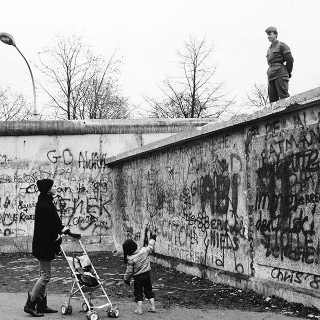 Conversazione tra una giovane madre che vive a Berlino Ovest e una guardia di frontiera della Repubblica Democratica Tedesca (Ddr), 1989